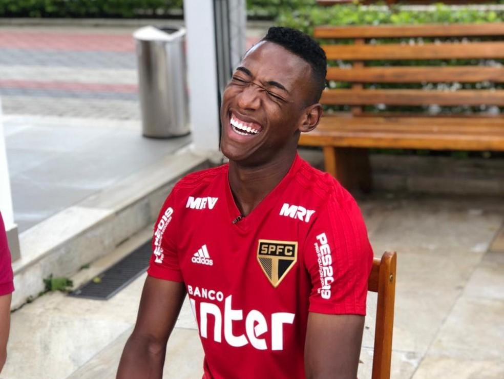 Léo, que não quer mais ser chamado de Pelé, sorri durante entrevista no CT do São Paulo — Foto: Felipe Ruiz