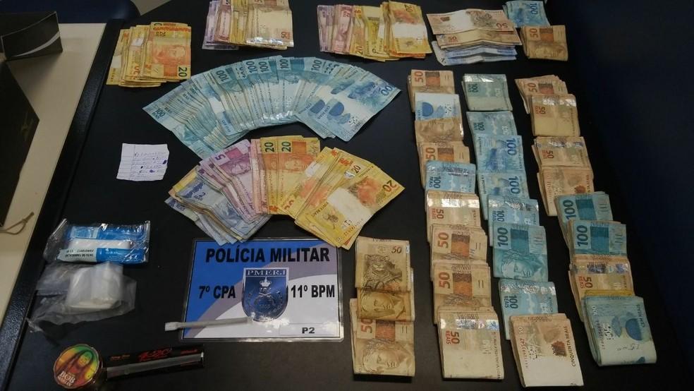 Dinheiro foi apreendido com suspeito de 42 anos no bairro Cordoeira (Foto: PM/Divulgação)