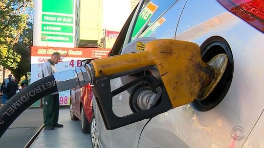 Paralisação de caminhoneiros contra alta de combustíveis tem protesto em refinaria e gera desabastecimento no RS