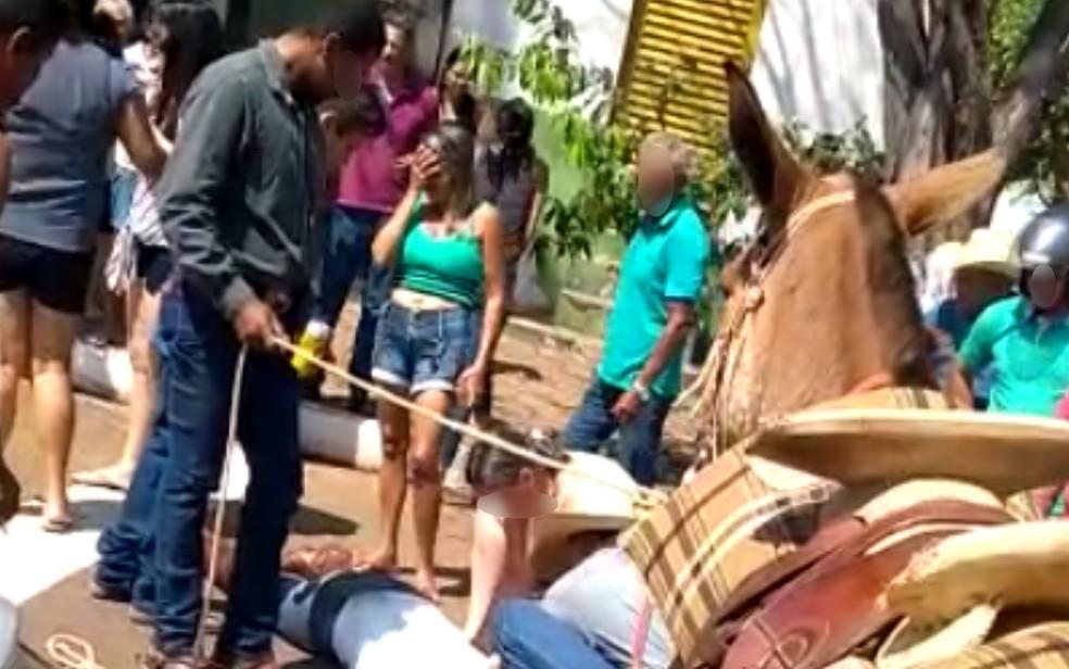 Prefeita ficou caída no chão, e diversas pessoas ficaram em volta dela tentando ajudar — Foto: Reprodução/TV Anhanguera