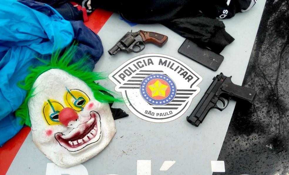 Com suspeitos, PM apreendeu um revólver, uma pistola falsa e máscara  — Foto: Polícia Militar/Divulgação