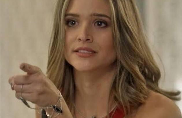 Na segunda-feira (31), Cassandra (Juliana Paiva) pega uma amostra da comida feita por Sofia (Priscila Steinman) e pede a Débora (OliviaTorres) que analise (Foto: TV Globo)