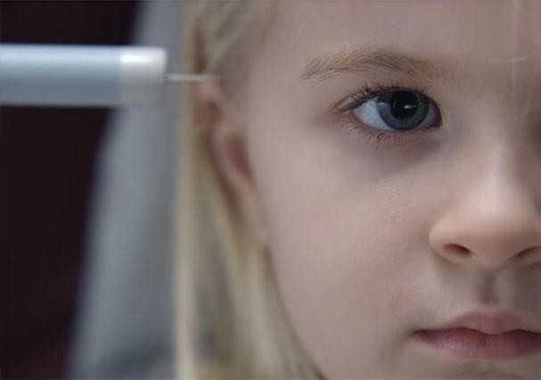 """Menina recebe um chip no cérebro no primeiro episódio da 4ª temporada de """"Black Mirror"""" (Foto: Reprodução)"""