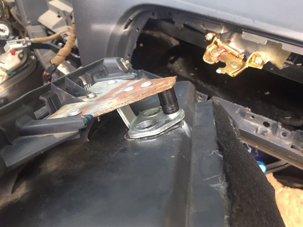 Compartimento secreto foi localizado em um dos veículos usados pela quadrilha que assaltou carro-forte em supermercado no Recife (Foto: Polícia Civil/Divulgação)