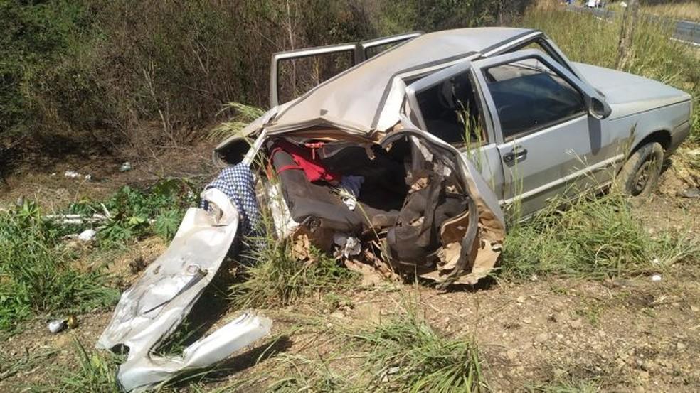Mulher fica ferida após batida entre carro e caminhonete na BR-135, no oste da Bahia — Foto: Blog do Sigi Vilares