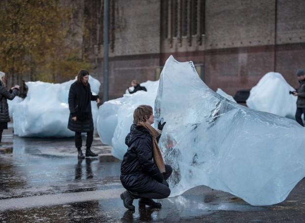O artista islandês-dinamarquês Olafur Eliasson em parceria com o geólogo Minik Rosing criam exposição temporária em dois pontos da cidade (Foto: Dezeen/Reprodução)