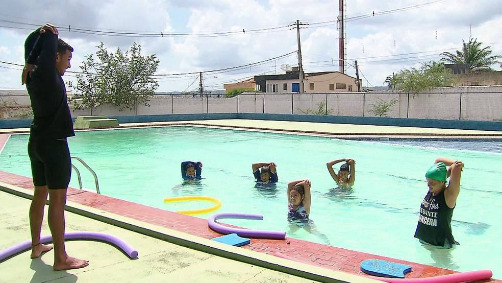 Pacientes participam de aulas na piscina do Espaço Vida, em Vitória de Santo Antão, na Zona da Mata de Pernambuco — Foto: Reprodução/TV Globo