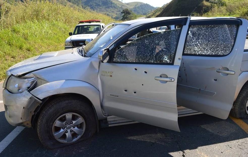 caminhonete usada pelos bandidos ficou marcada por balas após troca de tiros com a PM (Foto: Jornal O Vigilante Online)