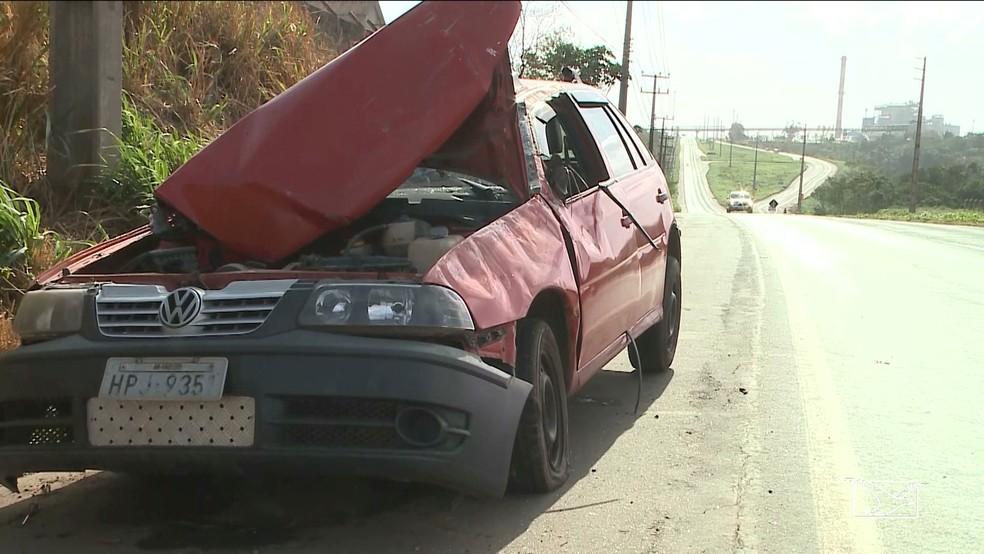 Na BR-135, um motorista perdeu o controle da direção do veículo, que capotou várias vezes na pista. (Foto: Reprodução/TV Mirante)