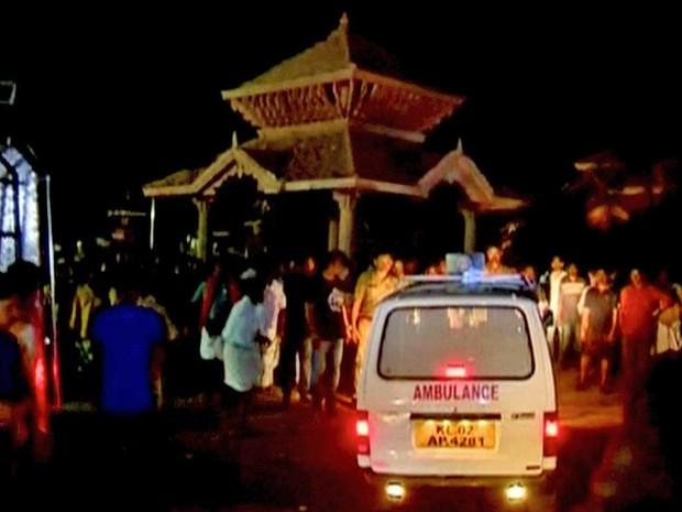 Ambulância e parte do templo, ao fundo (Foto: ANI / via Reuters)