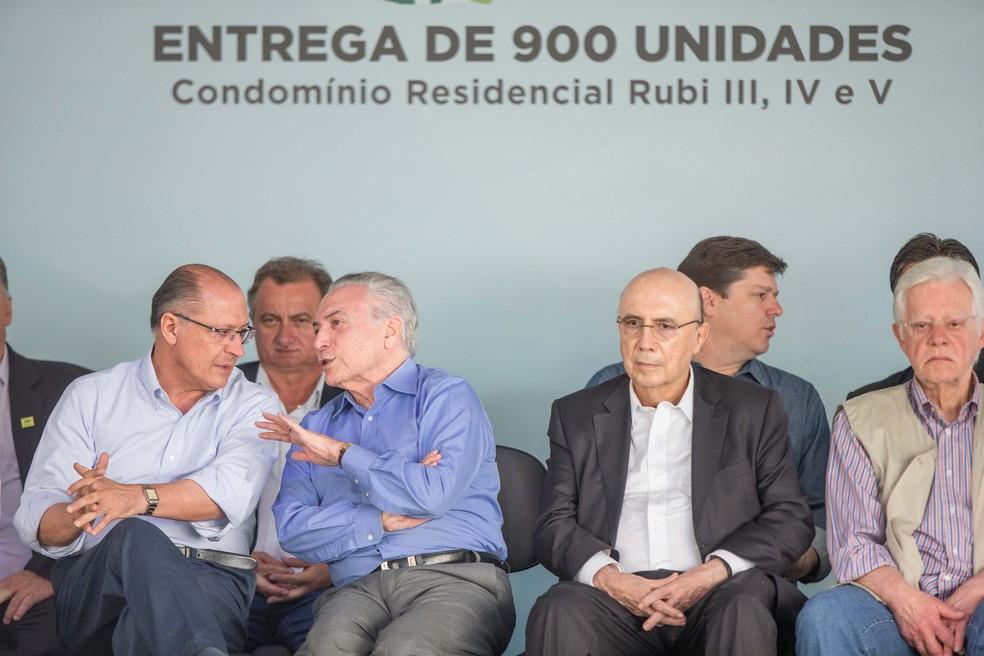 O presidente Michel Temer conversa com o governador Geraldo Alckmin durante inauguração de casas em Limeira (SP) (Foto: Daniel Teixeira/Estadão Conteúdo)