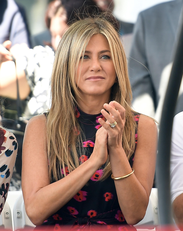 A atriz Jennifer Aniston com a aliança de 1,6 milhões de reais dada a ela por Justin Theroux (Foto: Getty Images)