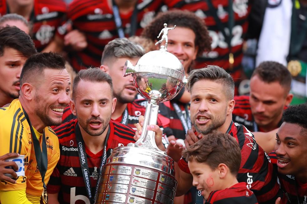 Diego Alves, Éverton Ribeiro e Diego levantam taça da Libertadores pelo Flamengo — Foto: Getty Images