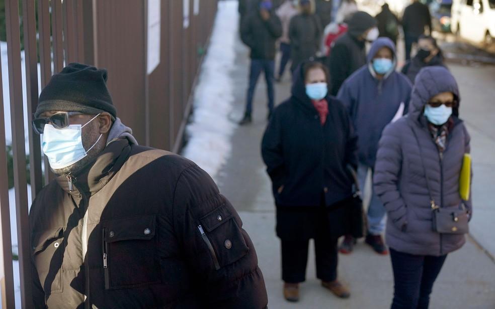 Pessoas usam máscaras em fila de vacinação contra Covid-19 no Queens, em Nova York, na quarta-feira (24) — Foto: AP Photo/Seth Wenig, Pool