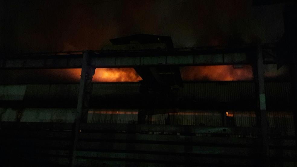 Incêndio atinge galpão na fábrica da Maxion em Cruzeiro, SP (Foto: Arquivo Pessoal)