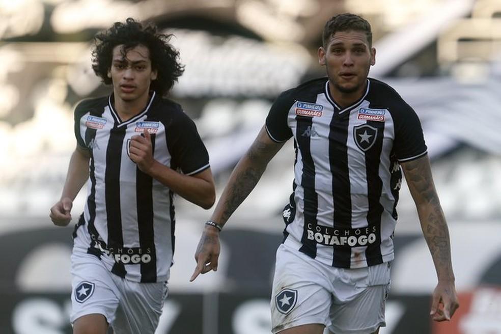 Navarro (direita) e Matheus Nascimento são destaques no ataque alvinegro — Foto:  Vitor Silva / Botafogo
