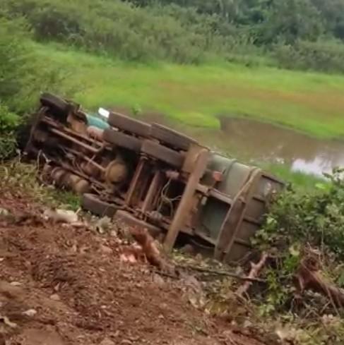 Motorista perde controle e caminhão de carga tomba em curva na PI-247 no Sul do Piauí