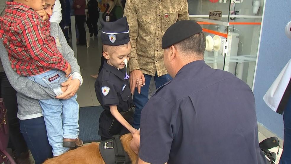 Visita da Guarda Civil Municipal emocionou o menino na saída do hospital — Foto: Reprodução/TV TEM