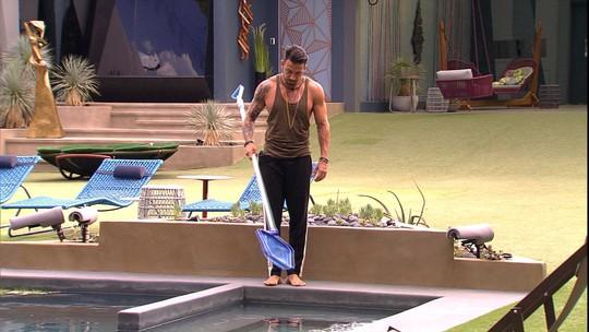 Gustavo limpa piscina da casa