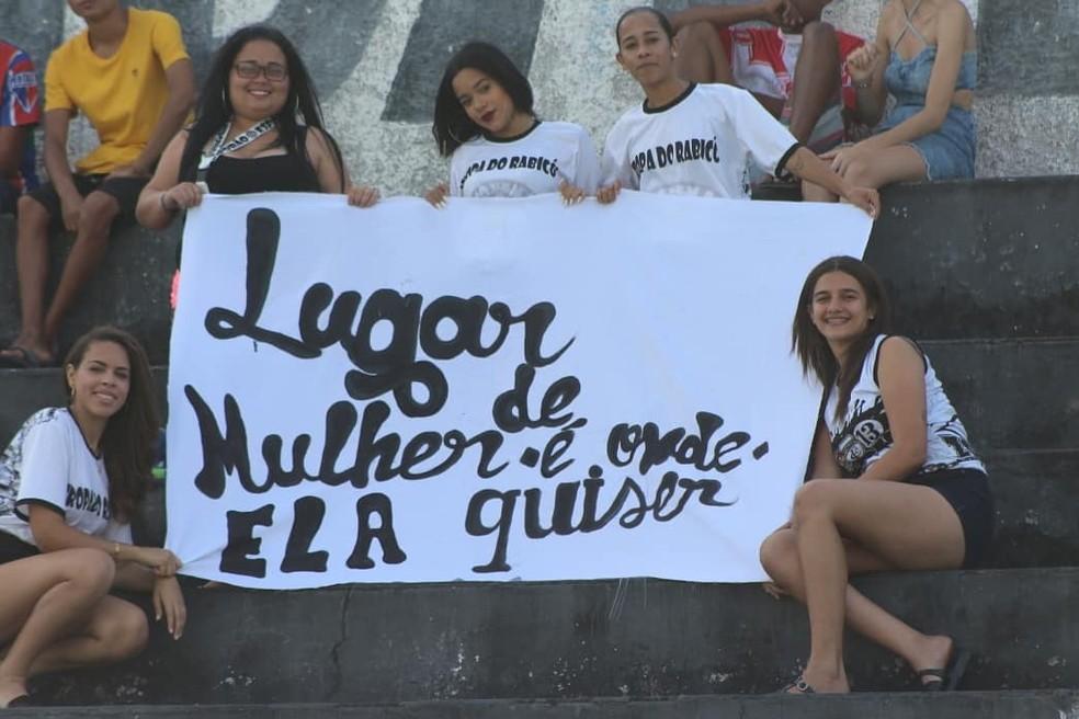Torcida trezeana foi a campo para acompanhar o duelo do Paraibano Feminino — Foto: Cassiano Cavalcanti / Treze