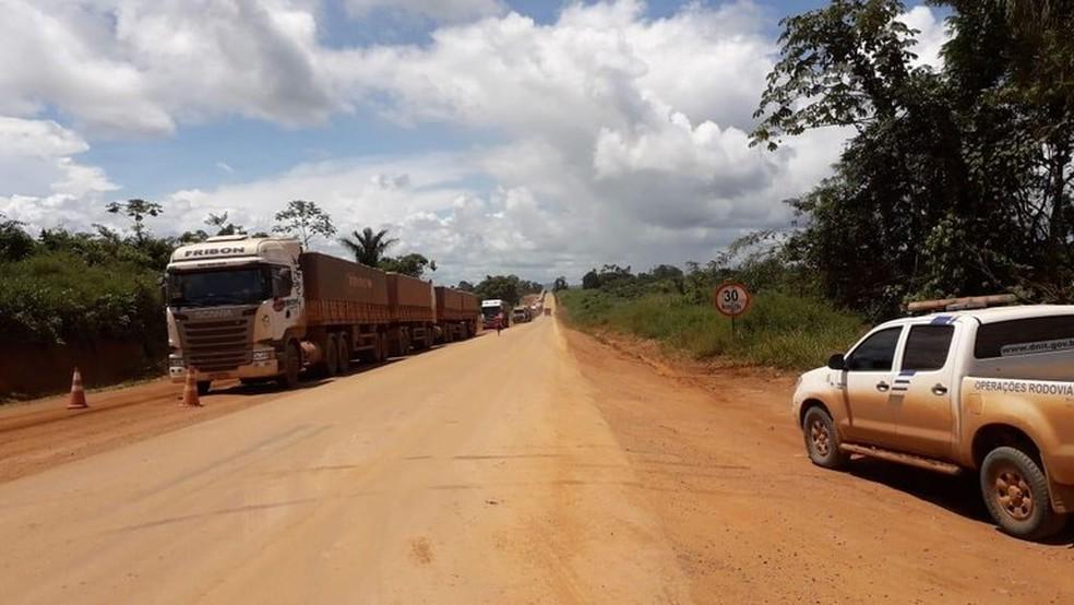br 163 - Dnit e Exército distribuem água e comida a caminhoneiros na BR-163, no sudoeste do Pará