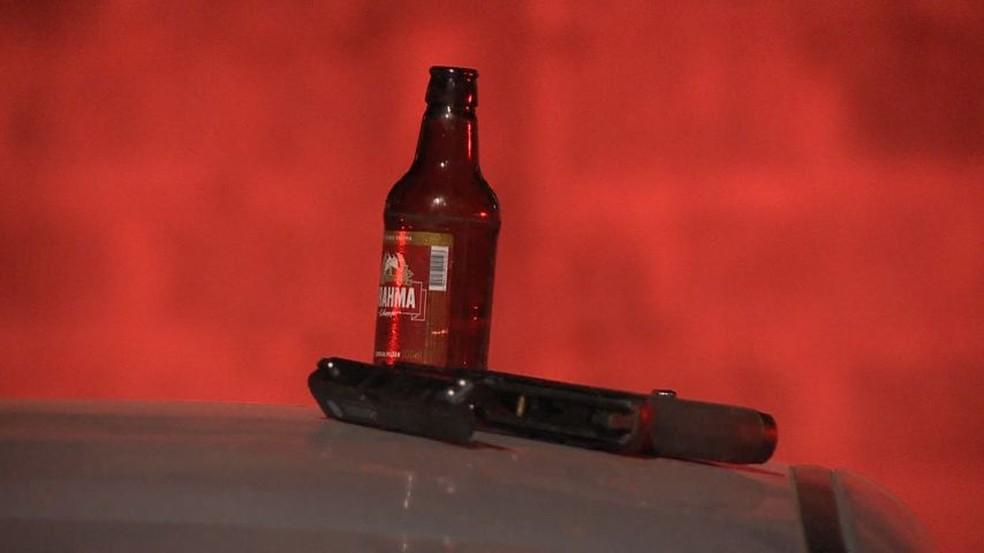 Policiais encontraram armas e bebida no carro do suspeito  (Foto: Reprodução/ TV Gazeta)