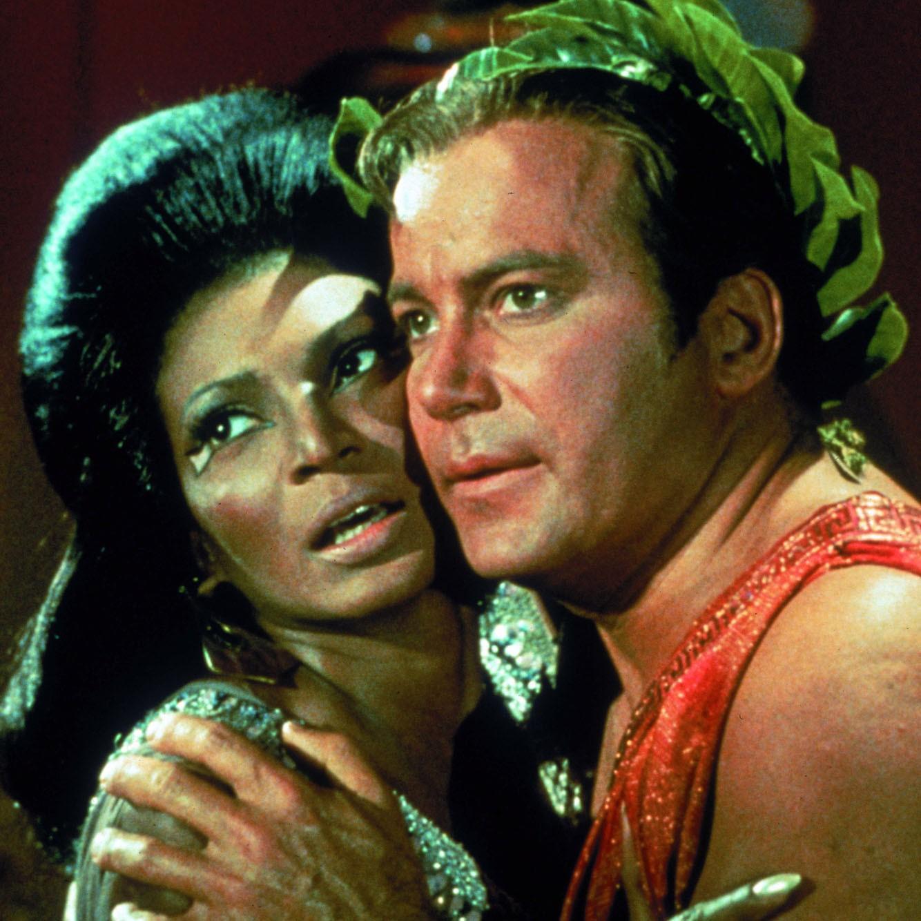 Kirk e Uhura em episódio da série original de Star Trek (Foto: Divulgação)