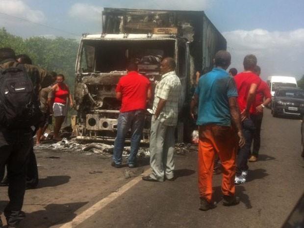 Caminhão ficou completamente destruído (Foto: Ana Paula/TV Mirante)