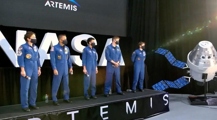 Conheça os 18 astronautas que integram a missão Artemis, da Nasa. Acima, da esquerda para a direita: Jessica Meir, Joseph Acaba, Jessica Watkins, Matthew Dominick e Anne McClain durante o evento da Nasa que anunciou a equipe do programa (Foto: Reprodução NASA TV)