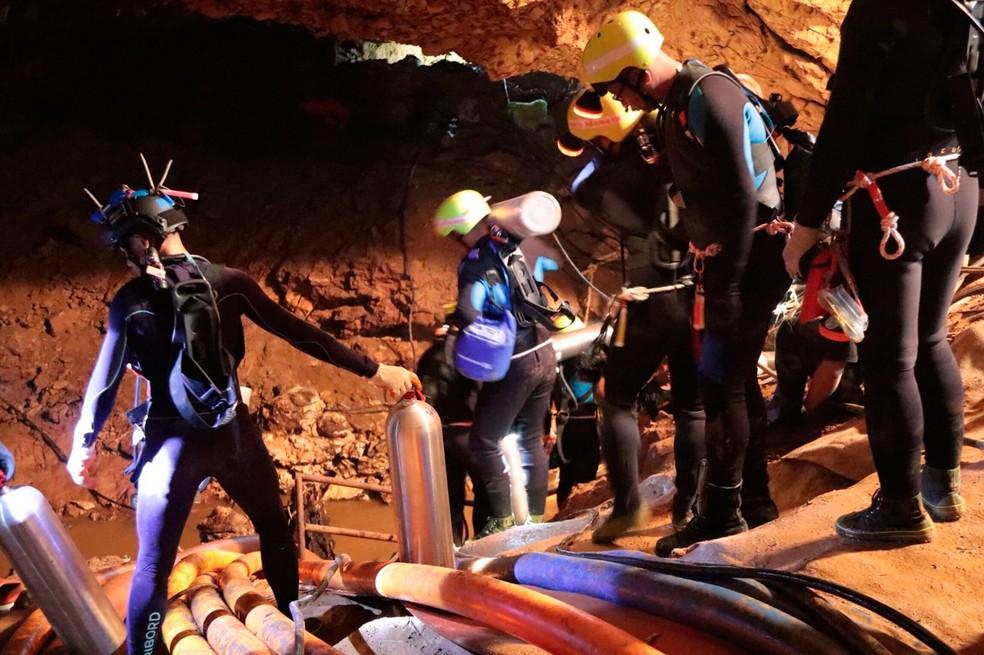 Equipes trabalham em resgate de meninos e técnico que estão presos em caverna na Tailândia, neste sábado (7) (Foto: Royal Thai Navy via AP)