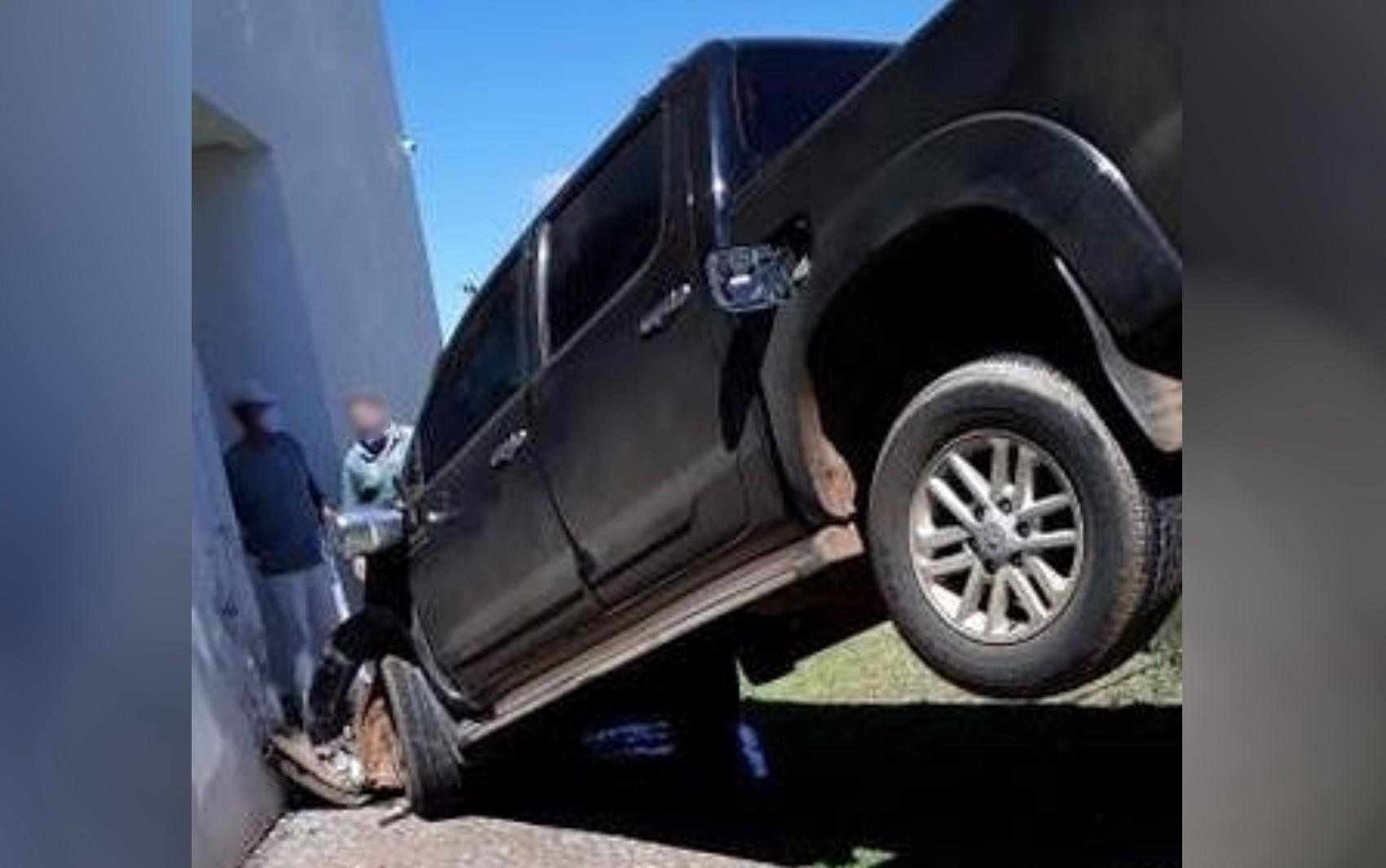 Motorista sem habilitação bate em poste e cai em desnível durante test  drive em Anápolis, diz PM