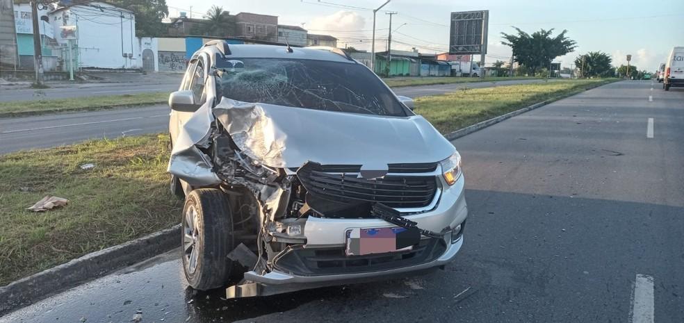 Carro bateu em caminhão-caçamba e acidente deixou quatro feridos em Igarassu, no Grande Recife — Foto: PRF/Divulgação