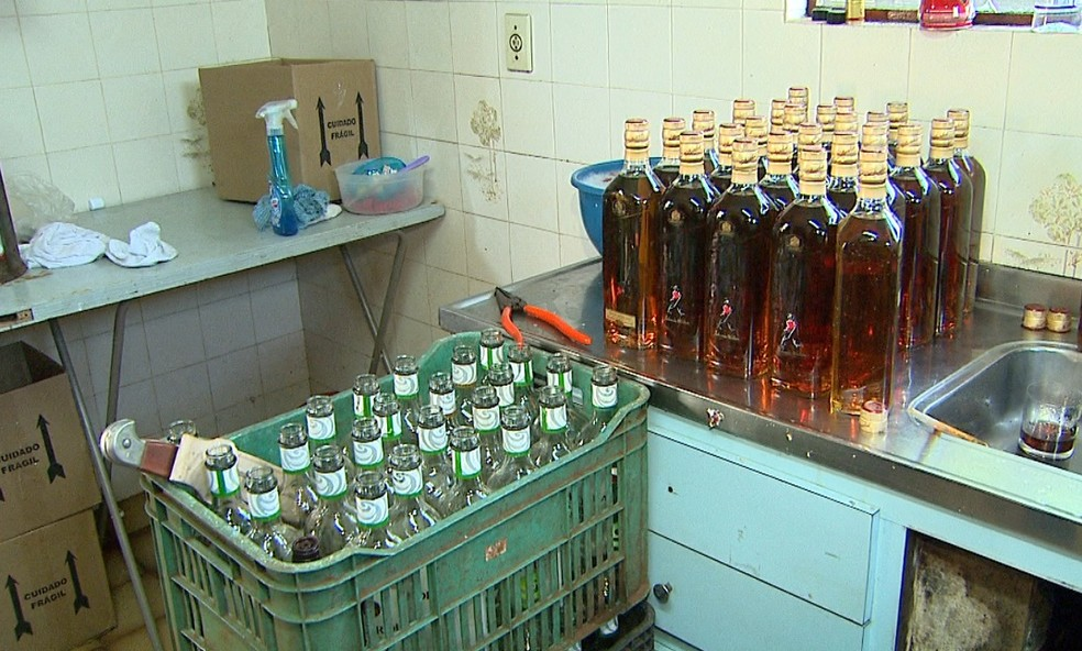 Bebidas adulteradas fabricadas dentro de casa (Foto: EPTV/Ronaldo Gomes)