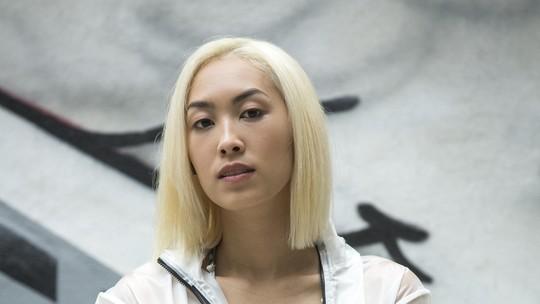 Ana Hikari mostra processo de descoloração dos cabelos para nova fase de Tina: 'Não podia voltar careta'