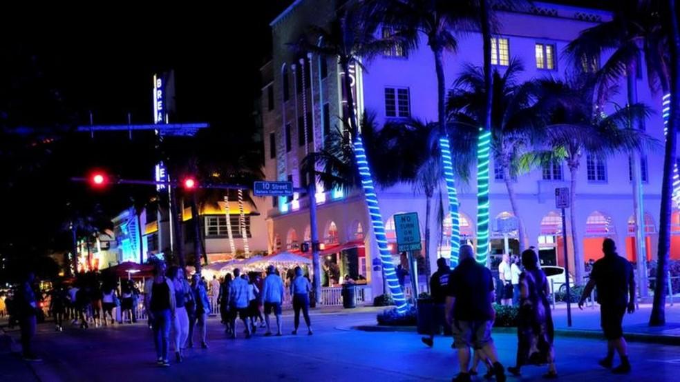 Em Miami Beach, o toque de recolher à meia-noite e as restrições à venda de bebidas alcoólicas continuam em vigor — Foto: Reuters