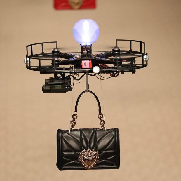 CAMPEÃO DE AUDIÊNCIA: Os drones que fizeram as vezes de modelos e desfilaram bolsas na passarela da Dolce & Gabbana (Foto: Antonio Barros, ImaxTree e Getty)