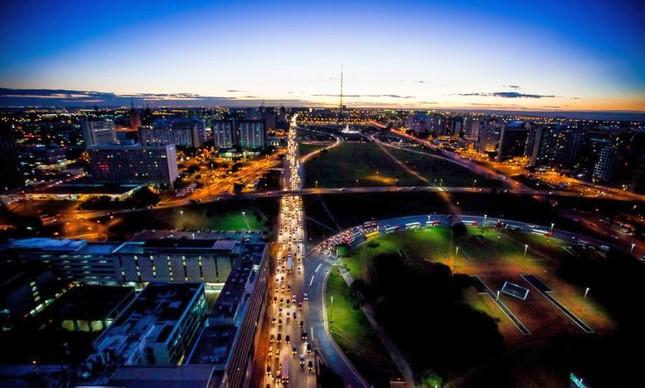 Área Central de Brasília ao anoitecer (Foto: Bento Viana)