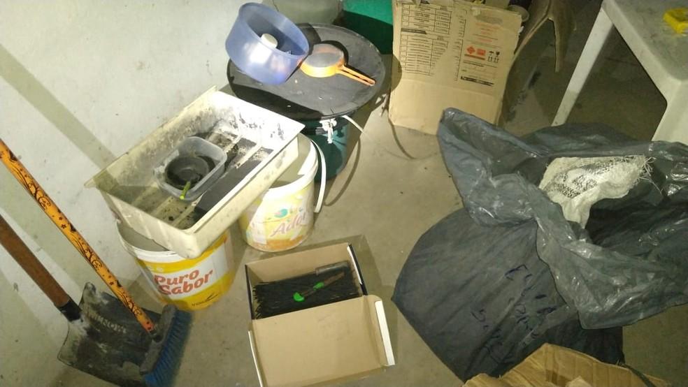 Materias explosivos e de fácil combustão também foram encontrados no galpão — Foto: Polícia Civil/ Divulgação