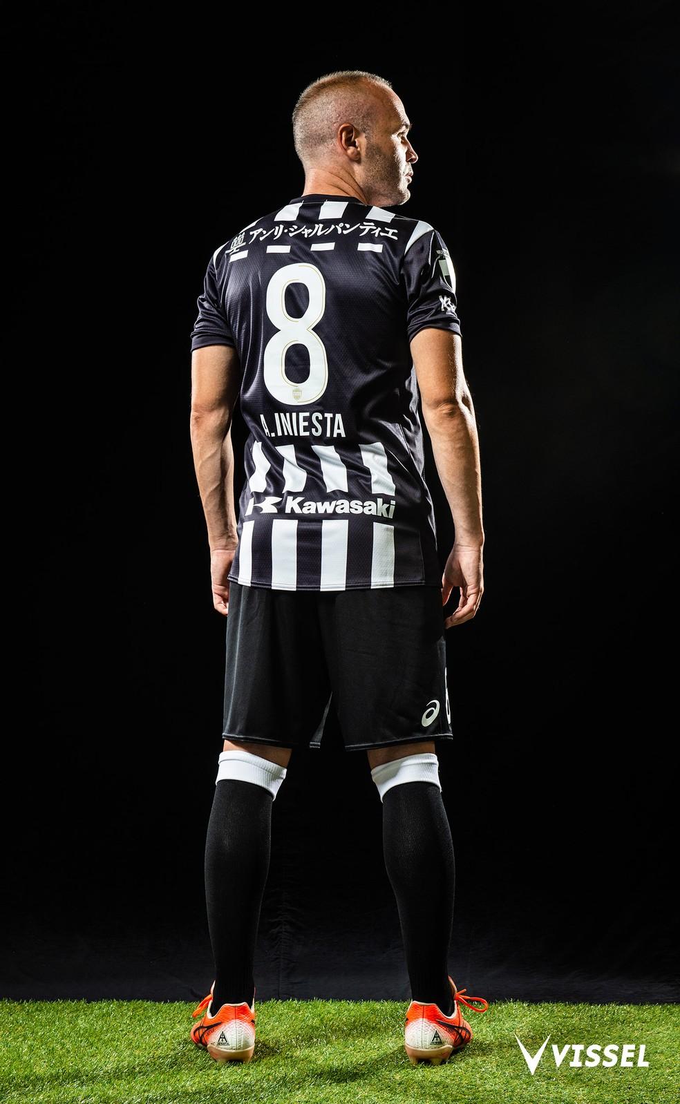 Iniesta posa com o novo uniforme alvinegro do Vissel Kobe — Foto: Divulgação