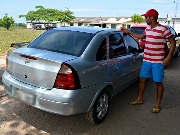 Preso trabalha no lado externo do presídio lavando carros  (Foto: Tácita Muniz/G1)