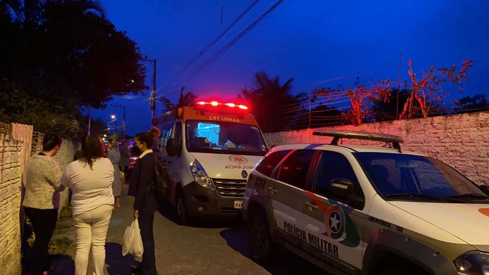 Samu e PM em atendimento a crime no bairro Ingleses, em Florianópolis — Foto: Anaísa Catucci/G1