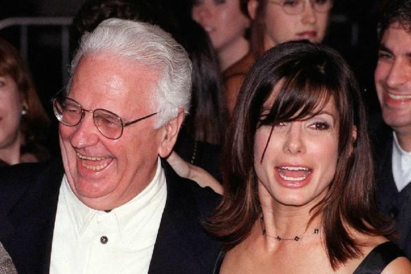 A atriz Sandra Bullock com o pai, John, em uma foto do ano 2000 (Foto: Getty Images)