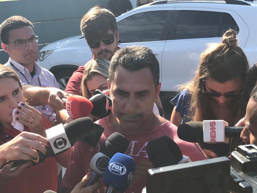 Washington Barbosa, pai de menor que sobreviveu, chegou antes das 9h ao CT do Flamengo — Foto: Cristina Boeckel / G1 Rio