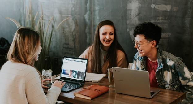 jovens, jovem, empreendedor, startup, café, trabalho, home office, trabalho remoto, reunião