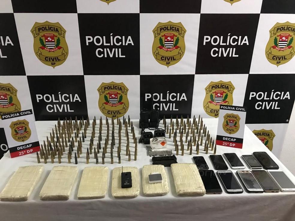 Celulares, armas e um carro foram localizados com a suspeita de participar da logística do crime — Foto: Polícia Civil/divulgação