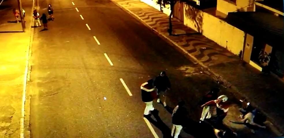 Imagens da câmera de segurança mostram jovem caído ao lado da guia da calçada após ser agredido em Garça (SP) — Foto: Circuito de Segurança/ Reprodução