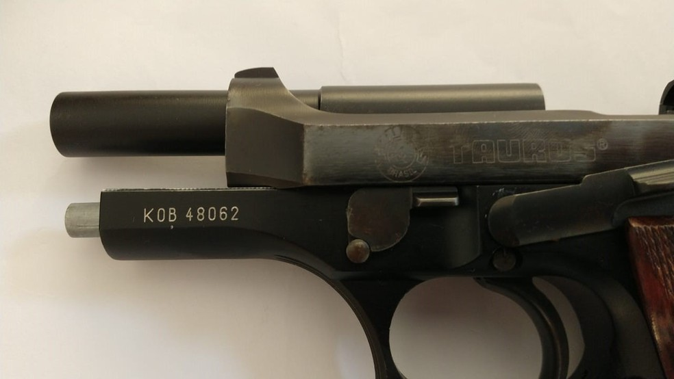 Arma foi localizada em um dos endereços alvo da investigação — Foto: Divulgação/Gaeco