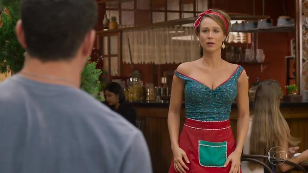 Tancinha (Mariana Ximenes) fica constrangida ao ver Apolo (Malvino Salvador), e não Beto (João Baldasserini) - 'Haja Coração' — Foto: Globo