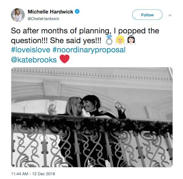 O post da atriz Michelle Hardwick anunciando seu noivado com a produtora Kate Brooks (Foto: Twitter)