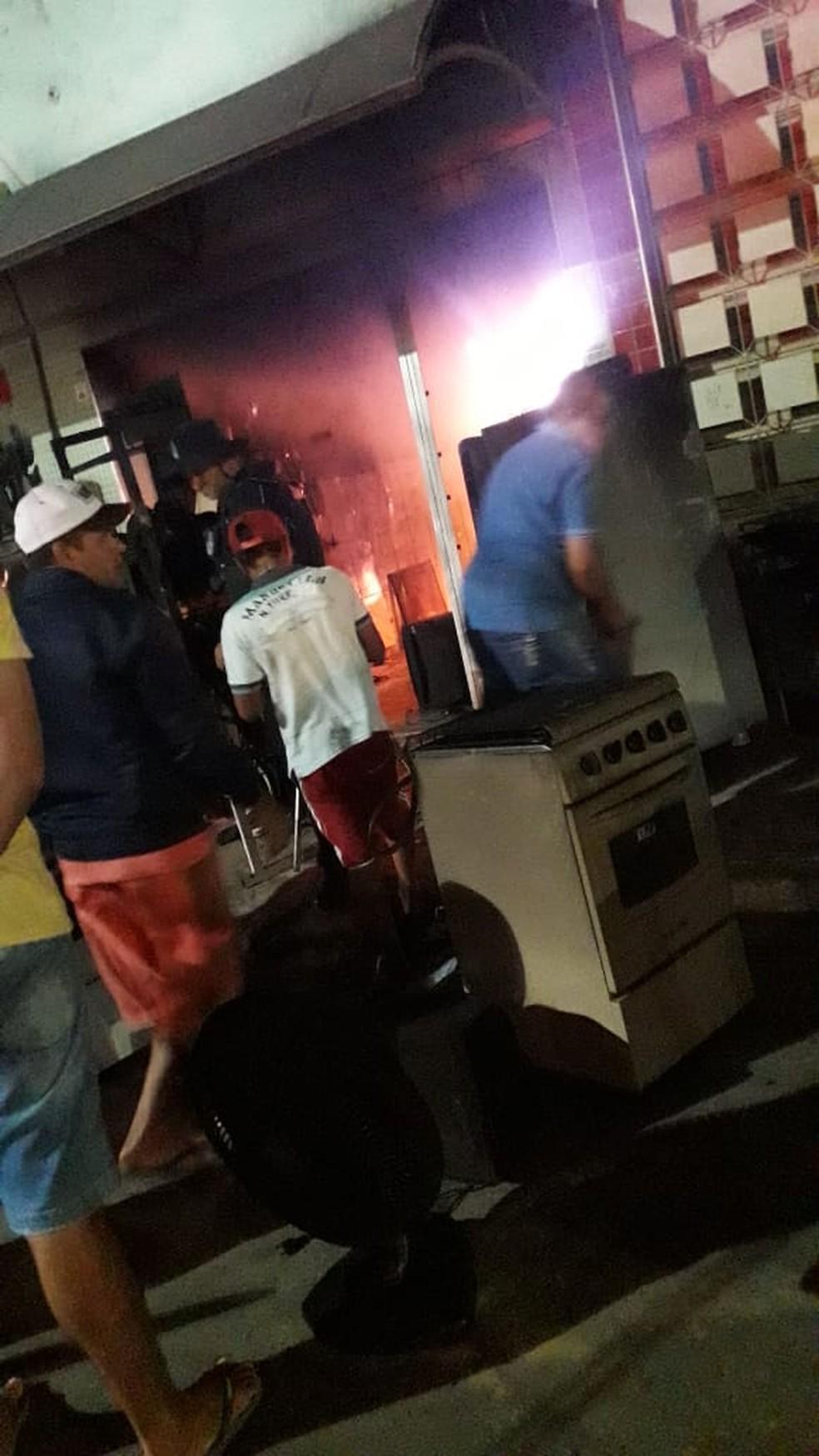 Parte dos móveis armazenados no local foram destruídos pelas chamas. — Foto: Arquivo pessoal